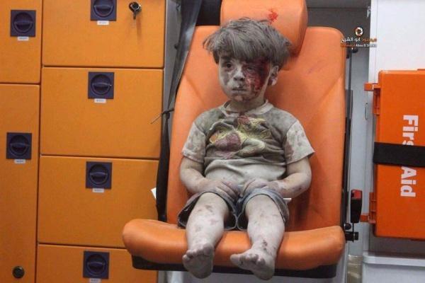 Душераздирающее видео запечатлело окровавленного ребенка, выжившего под обломками вАлеппо