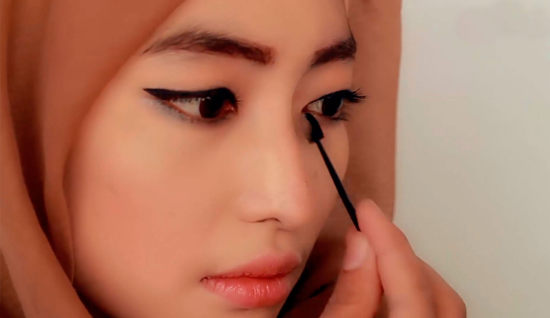 Надев хиджаб, сними макияж!