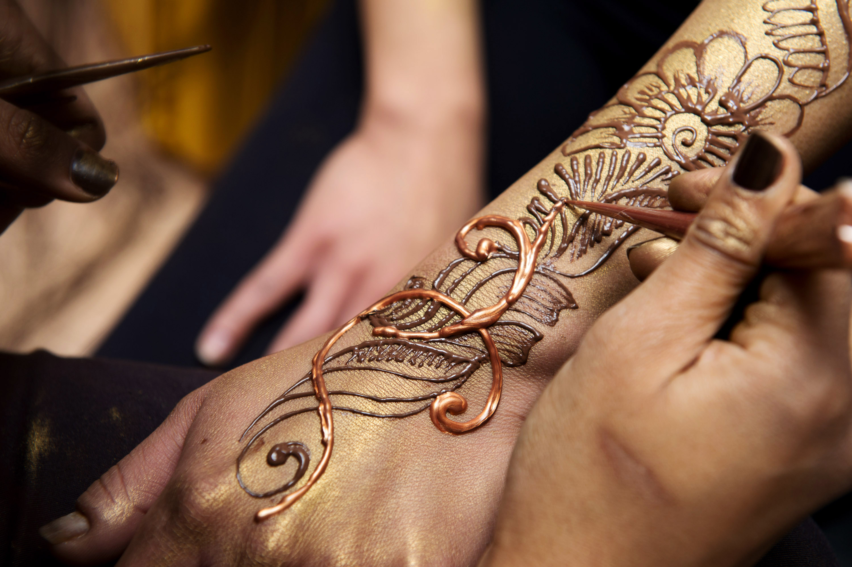 Индийские тату на руках фото
