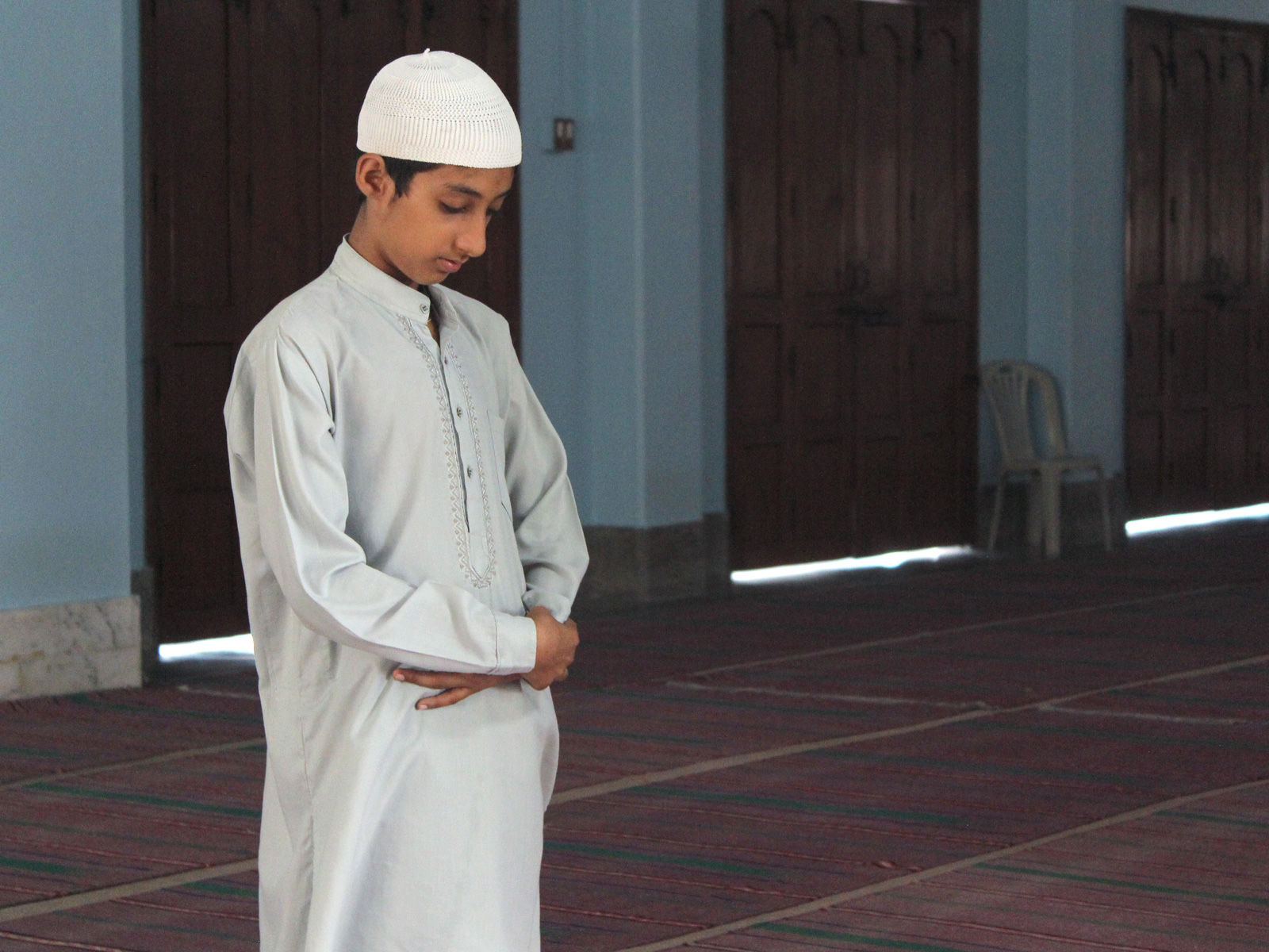 Подросток молиться