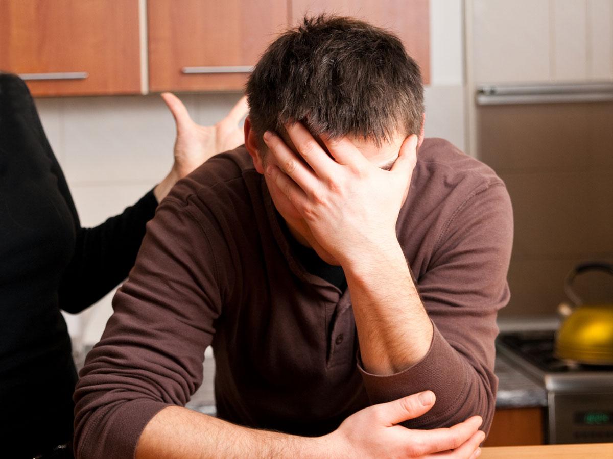 жена трахает мужа страпоном, порно видео онлайн,